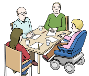 4 Menschen sitzen an einem Tisch und reden miteinander